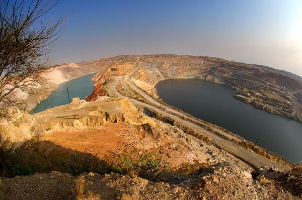 Le programme d'assèchement du site KOV, lancé en 2007, vise à extraire environ 10-12 millions de mètres cube d'eau.