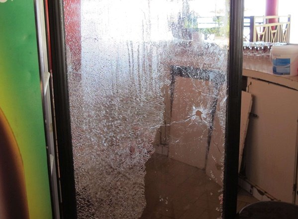 Une balle dans une des portes vitrées du restaurant l'Étoile du Sud à Grand-Bassam.