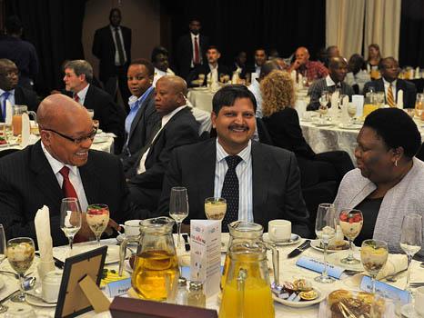 L'homme d'affaires Atul Gupta (centre), et le président sud-africain Jacob Zuma (à gauche)  à à une réception organisée par le quotidien New Age, le 16 mars 2012.