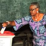 Une femme vote au Bénin, lors du premier tour de la présidentielle, le 6 mars 2016 (archives).