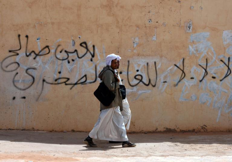 Des passants sur une rue du village d'In Salah, dans le sud de l'Algérie.