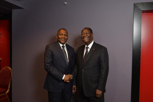 Aliko Dangote, ici aux côtés du président ivoirien Alassane Ouattara, s'est rendu à Abidjan pour la quatrième édition du Africa CEO Forum.  - 25325701504 d489740348 z - Nigeria – Dangote tout-puissant : héros de toute l'Afrique et homme d'affaires impitoyable