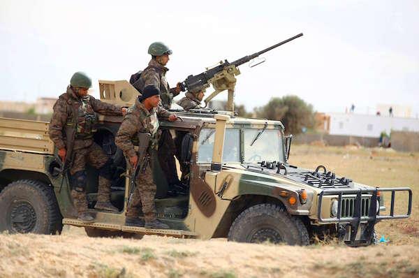 Soldats tunisiens en patrouille autour de Ben Gerdane (est), près de la frontière libyenne, le 8 mars 2016.