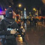 Un policier tunisien près de la scène de l'attentat contre un bus de la garde présidentielle, à Tunis, le 24 novembre 2015.