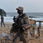 Un soldat ivoirien sur la plage de Grand Bassam après l'attaque.