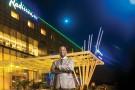 Devant le Radisson Blu d'Abidjan, ouvert le 17 mars.