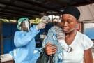 Une femme se fait prendre la température dans le cadre de la prévention d'Ebola, en janvier 2016, à Freetown, en Sierra Leone