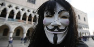 Un homme porte le masque de Guy Fawkes, l'un des symboles d'Anonymous. Photo d'illustration.