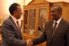 Olivier Mahafaly (à dr.), lors de sa nomination comme Premier ministre, en 2016, au côté du président malgache Rajaonarimampianina.
