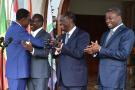 L'ancien président du Bénin Thomas Yayi Boni (G) embrasse son successeur Patrice Talon en présence du président ivoirien Alassane Ouattara et de son homologue togolais Faure Gnassingbé (D) à Abidjan, le 18 avril 2016