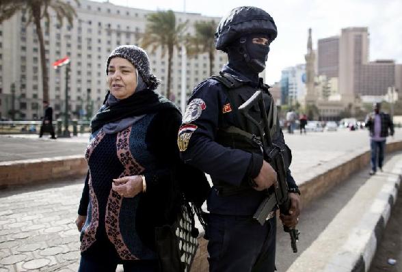 Le 24 janvier 2016, mesures de sécurité extrêmes près de la place Tahrir au Caire en prévision d'éventuelles manifestations pour  le 5ème anniversaire de la révolte populaire.