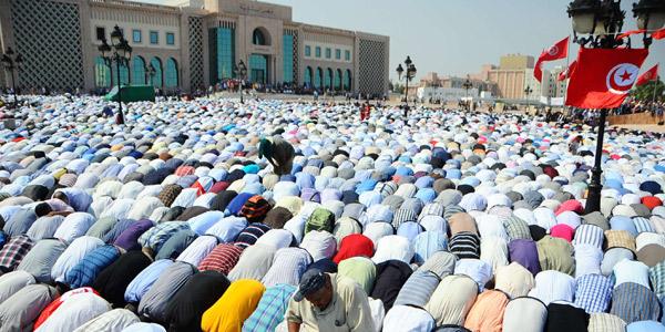 Des militants du parti islamiste tunisien Ennahdha prient pour soutenir le gouvernement, le 7 septembre 2012 à Tunis.
