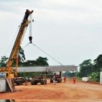Photo d'une route et d'un pont en construction à Ndende dans la Ngounié au Sud du Gabon, en décembre 2011.