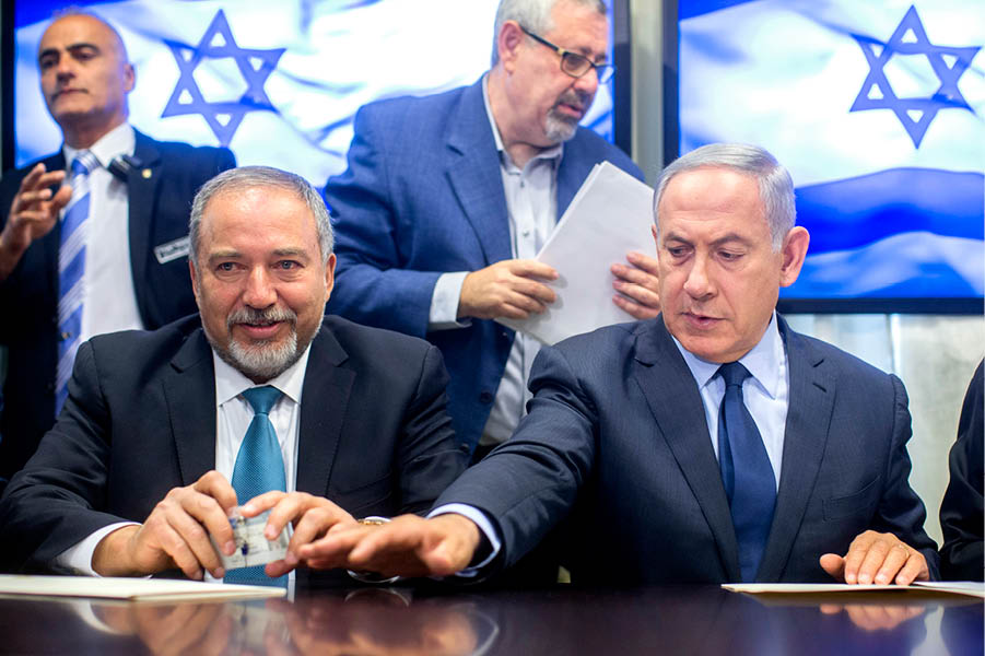 Benyamin Netanyahou (à dr.) avec son nouveau ministre de la Défense Avigdor Lieberman, leader du parti ultranationaliste Israel Beitenou, le 25 mai, à la Knesset.