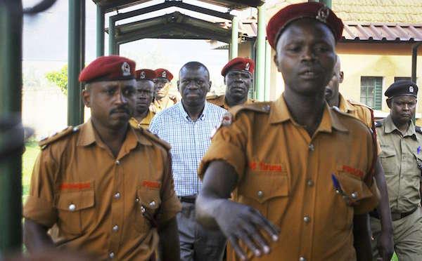 L'opposant ougandais Kizza Besigye est conduit au tribunal à Kampala, le 18 mai 2016.