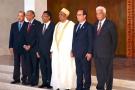 Lors du 4e sommet des chefs d'État et de gouvernement de la COI, en août 2014.                         De g. à dr. : le Seychellois James Michel, le Mauricien Navin Ramgoolam, le Malgache Hery Rajaonarimampianina, le Comorien Ikililou Dhoinine, le Français François Hollande, et Jean Claude de l'Estrac, secrétaire général de la Commission.