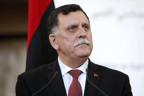 Le chef du gouvernement libyen d'union nationale, Fayez al-Sarraj, lors d'une conférence de presse, à Sikhrat, au Maroc, le 17 décembre 2015.