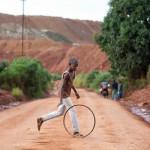 Un enfant joue près de la mine de cuivre de la Ruashi, au Katanga. 40 000 enfants travaillaient dans les mines de la région, en 2014.
