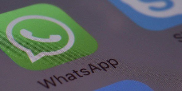 Le logo de l'application WhatsApp sur un smartphone.
