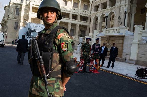 Un militaire devant le palais Qubbah, le 17 avril 2016.