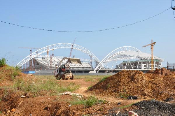 Chantier de construction de stade de football à Libreville, en prévision de la CAN (Coupe d'Afrique des Nations) qui s'est déroulée au Gabon en 2012.