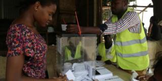 Une électrice vote à São Tomé-et-Príncipe, le 17 juillet 2016. Image d'illustration.