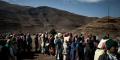 Des femmes font la queue pour la distribution de nourriture du Programme Alimentaire Mondial à Katse, au Lesotho, le 14 juillet 2016.