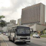 Vue d'un bus de transport urbain, à Abidjan, le 26 janvier 2012.