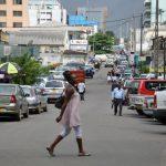 Scène de rue dans le centre de Libreville.