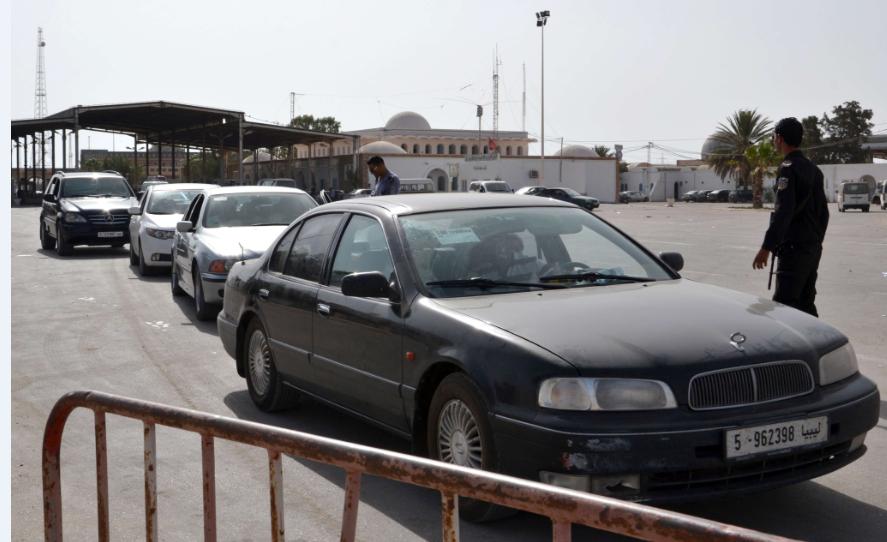 Contrôle de la douane tunisienne au poste de Ras Jdir, à la frontière avec la Libye, en 2015 (image d'illustration).