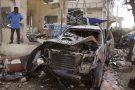 Une voiture incendiée après un attentat contre un hôtel à Mogadiscio, le 26 juin 2016