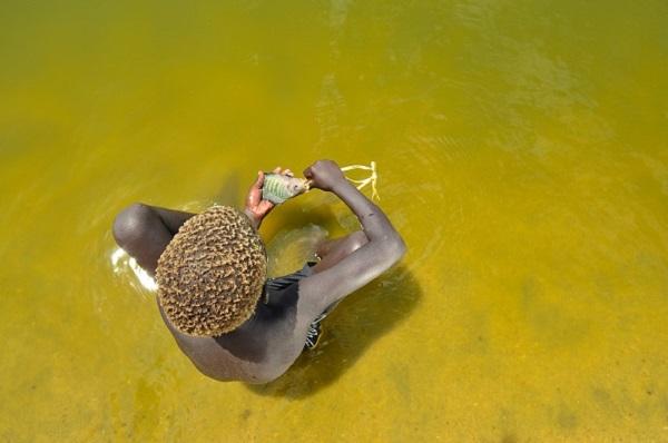 Un enfant et son poisson dans le Lac Turkana au Kenya