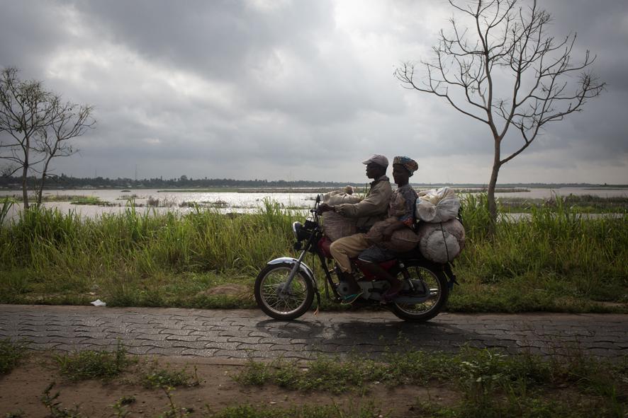 Un moto-taxi sur la route de Cotonou et à Porto Novo