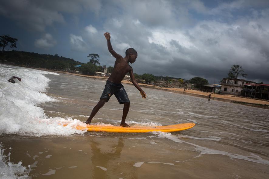 Des enfants reçoivent une leçon de surf à Busua , Ghana