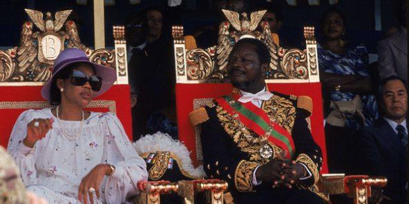 Jean-Bedel Bokassa (à dr.) avec son épouse Catherine, lors de son couronnement en tant qu'empereur, le 4 décembre 1977.