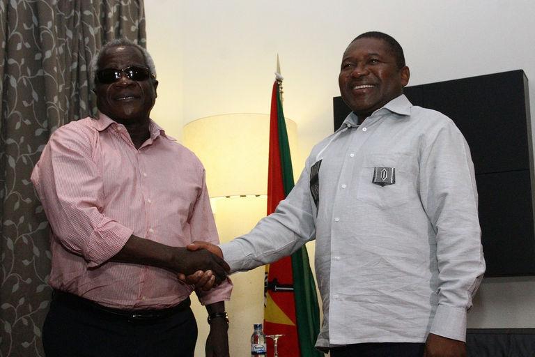 Lors d'une rencontre entre le président du Mozambique Filipe Nyusi (D) et le chef de l'opposition Afonso Dhlakama (G), le 7 février 2015, à Maputo.