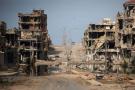 En Libye, la ville de Syrte en ruines, alors que les combattants de l'État islamique y sont encerclés par les forces anti-jihadistes en juin 2016.
