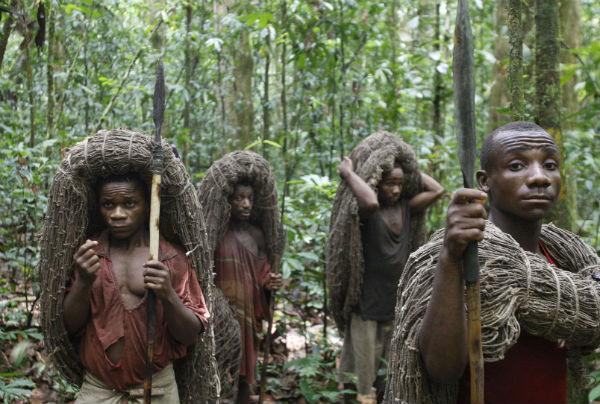 Des Pygmées s'apprêtent à partir à la chasse dans la région d'Epulu, au Congo, le 18 mars 2010.