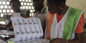 Des employés de la Commission électorale indépendante le 30 octobre 2016 à Abidjan, en Côte d'Ivoire.