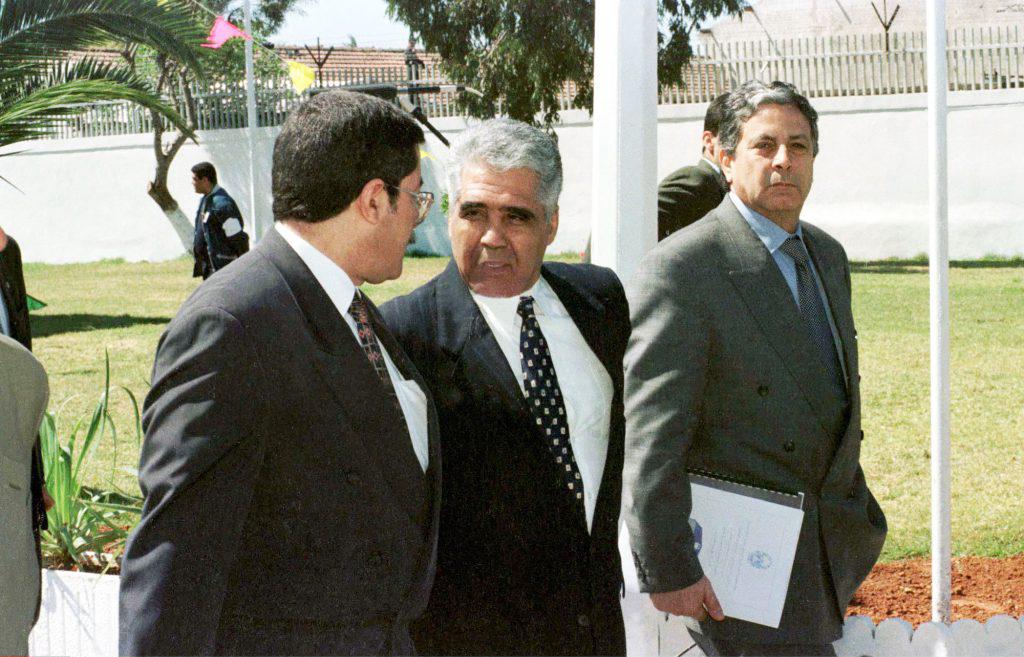 Mohamed Betchine (au centre), ami proche de Zéroual, en conversation avec Ahmed Ouyahia, en 1998.