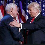 Donald Trump au soir de son élection, serrant la main de son futur vice-président Mike Pence , le 9 novembre 2016.
