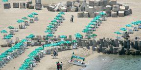 Des blocs de béton utilisés contre la montée des eaux posés à côté des parasols sur une plage d'Alexandrie le 15 mai 2007.