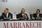 De gauche à droite : le ministre des Affaires étrangères marocain Salaheddine Mezouar, le roi du Maroc Mohammed VI et le Secrétaire général des Nations unies Ban Ki-moon, le 15 novembre 2016 lors de la session d'ouverture de la COP22.