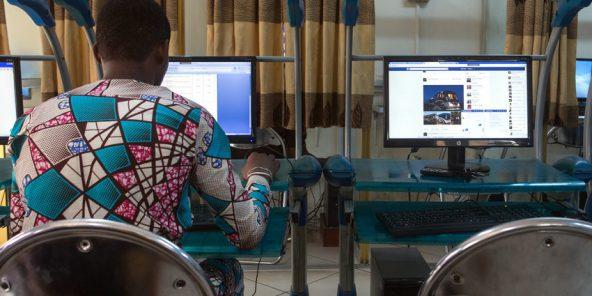 Un homme surfe sur Internet dans un cyber-café de Cotonou, au Bénin, le 24 février 2016.