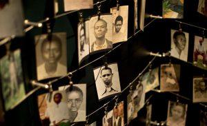 Photos de victimes du génocide au Mémorial de Kigali.