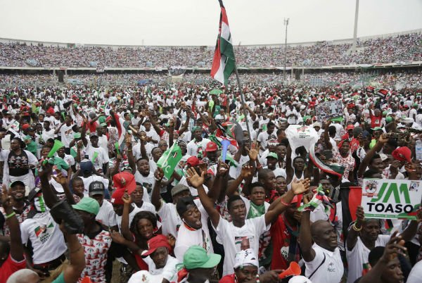 Des partisans du président sortant John Dramani Mahama, candidat à sa réélection à la tête du Ghana, à Accra le 5 décembre 2016 .