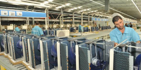 Dans une usine du groupe industriel Condor à Bordj Bou Arréridj (Algérie): fabrication de climatiseurs.