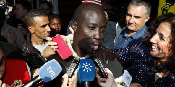 Ngame, ce Sénégalais de 35 ans qui a gagné 400 000 0 la loterie de Noël, s'exprimant devant la presse le 22 décembre 2015.