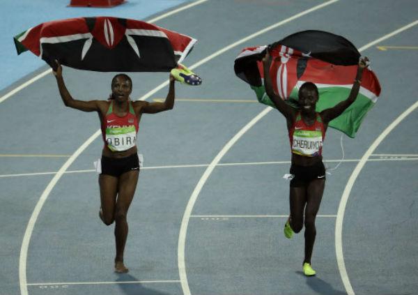 A l'image de Vivian Cheruiyo (à dr.) et de Helen Obiri (à gch.), en or et en bronze sur le 5000m, le drapeau Kényan aura brillé sur l'athlétisme aux Jeux Olympiques 2016.