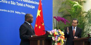 Le ministre des Affaires étrangères, Wang Yi, à droite, et son homologue, Urbino Botelho, le 26 décembre à Pékin.